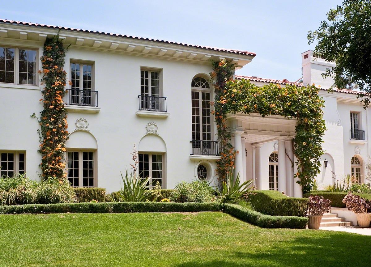 Conheça a mansão onde Angelina Jolie está passando a quarentena