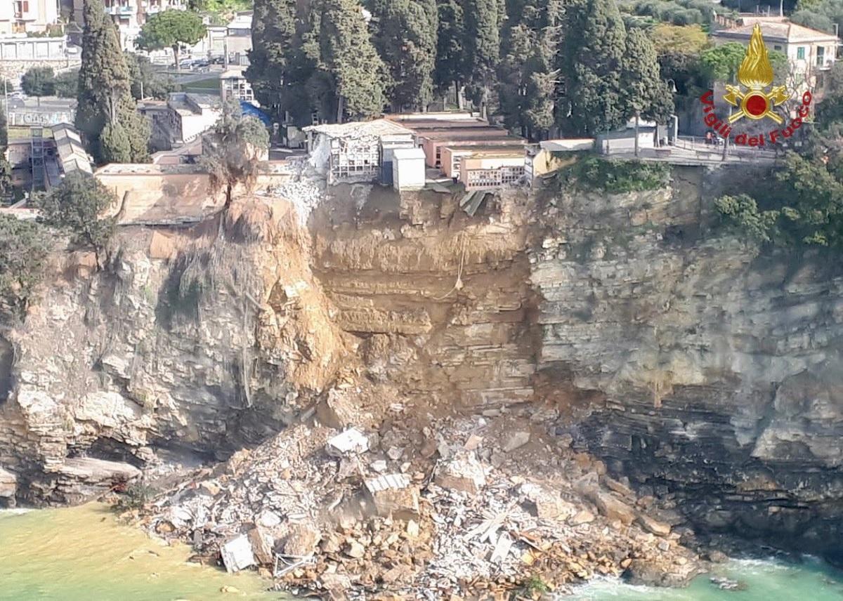200 caixões caem no mar após deslizamento de parte de cemitério