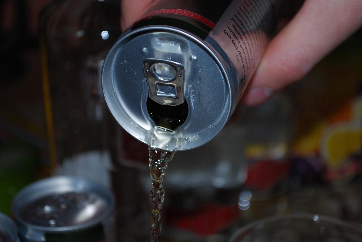 Jovem adquire insuficiência cardíaca após beber 4 latas de energético todo dia