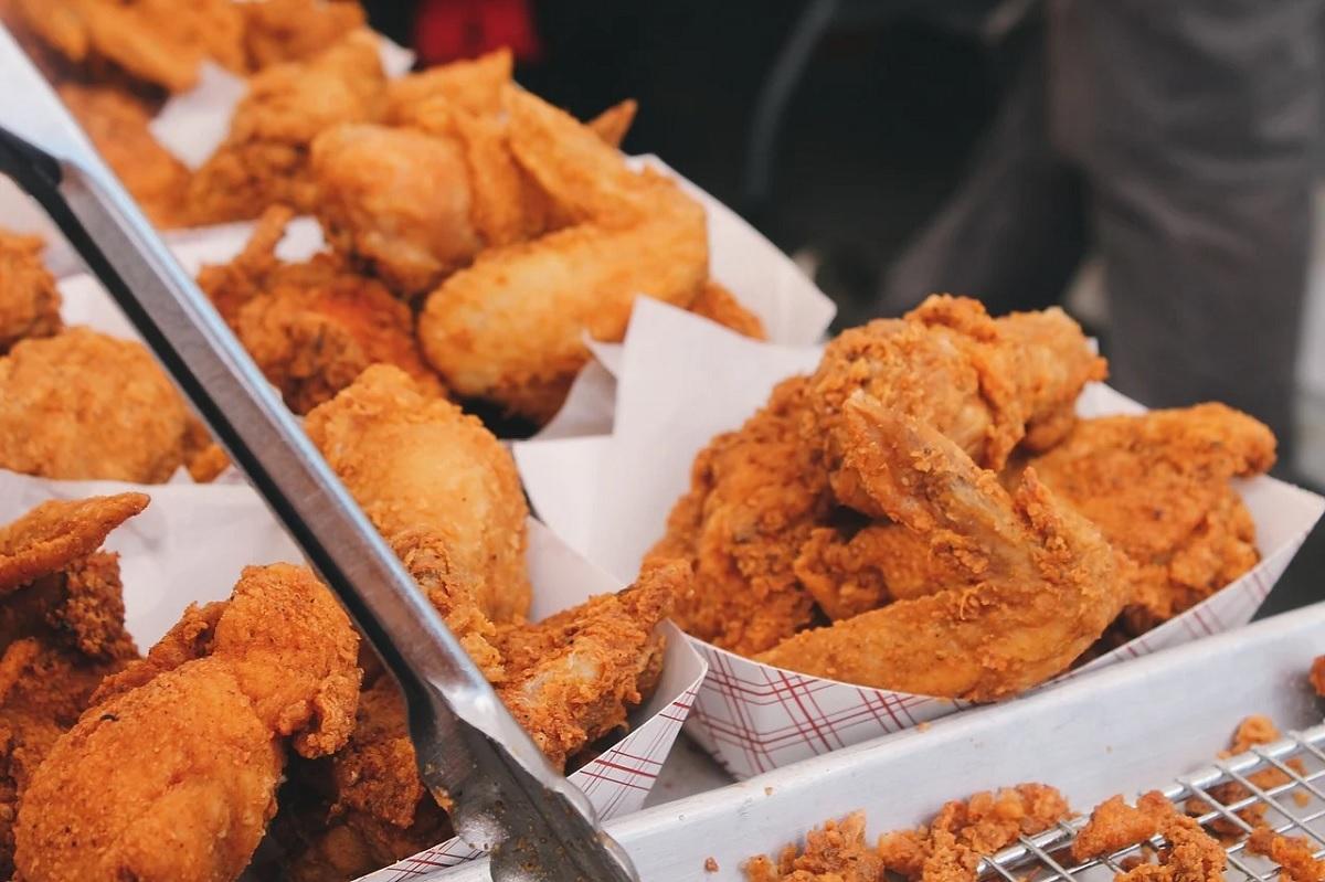 Comer fritura toda semana aumenta o risco de problemas cardíacos, diz estudo