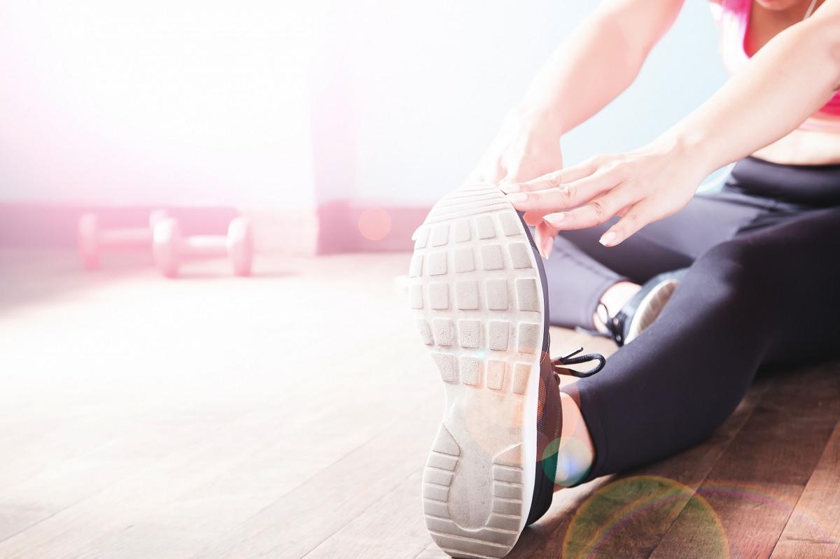 Tênis com solado rígido são melhores para as dores no joelho, diz estudo