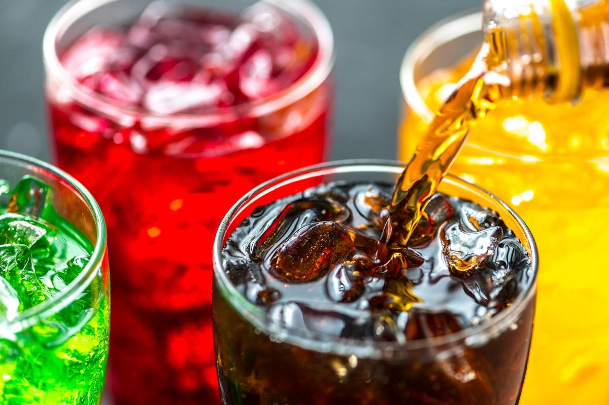 Estudo associa bebidas com açúcar a maior risco de câncer de intestino em mulheres