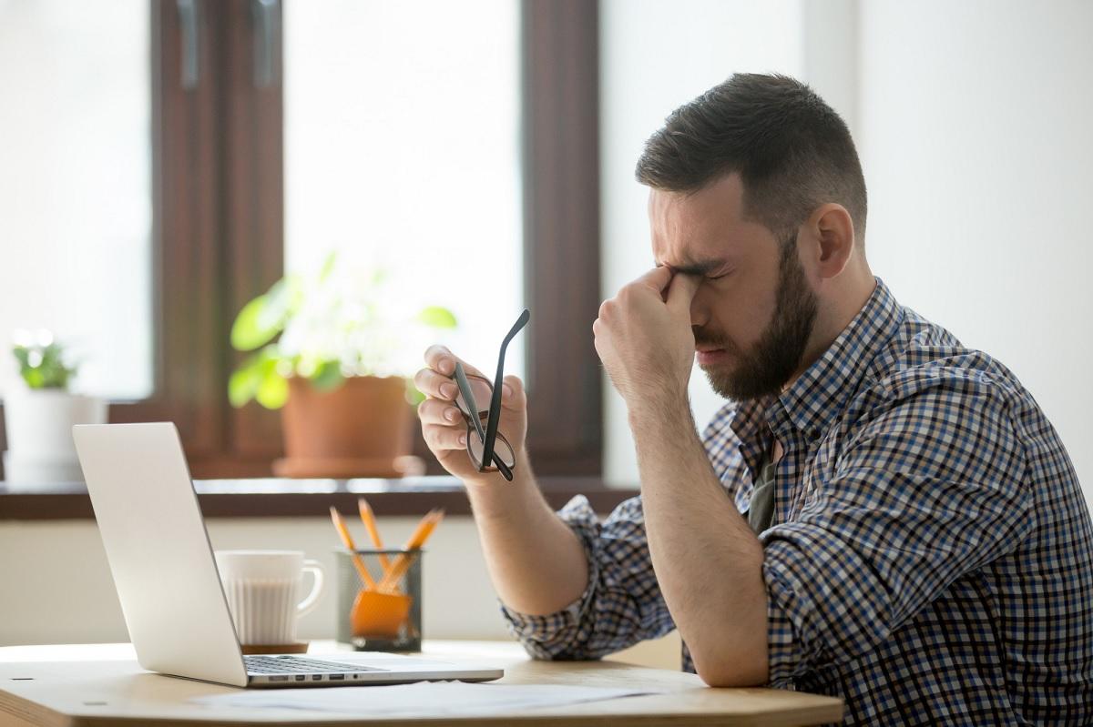 Trabalhar demais aumenta risco de morte por AVC e isquemia cardíaca, diz estudo