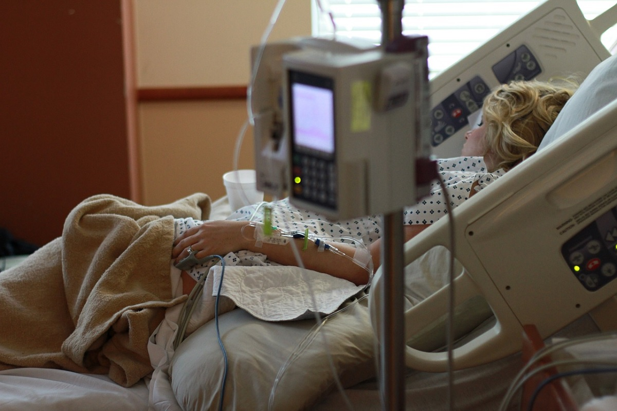 Paciente morde dedo de funcionária de hospital nos EUA