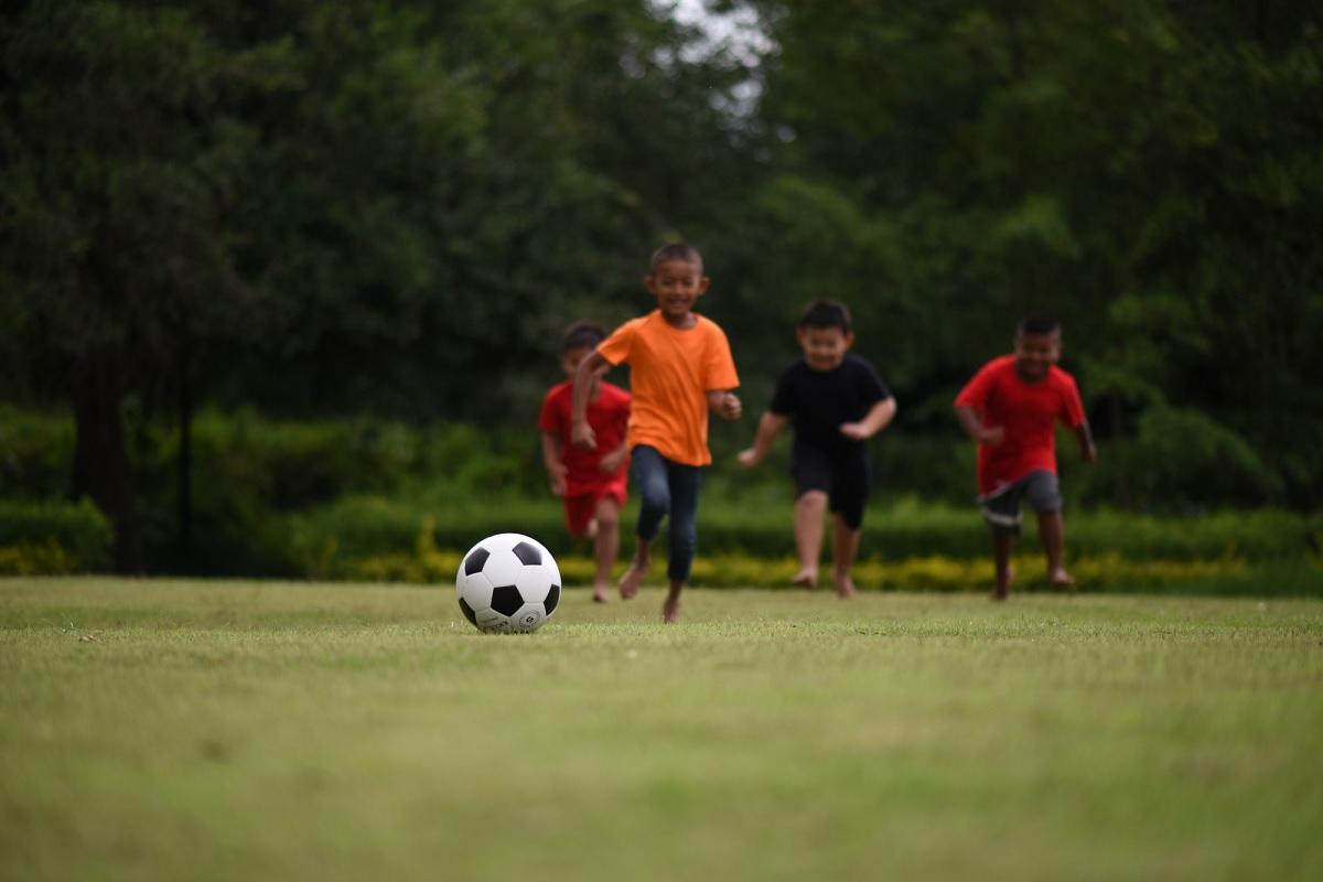 Futebol e natação podem favorecer a educação de crianças pobres, diz estudo