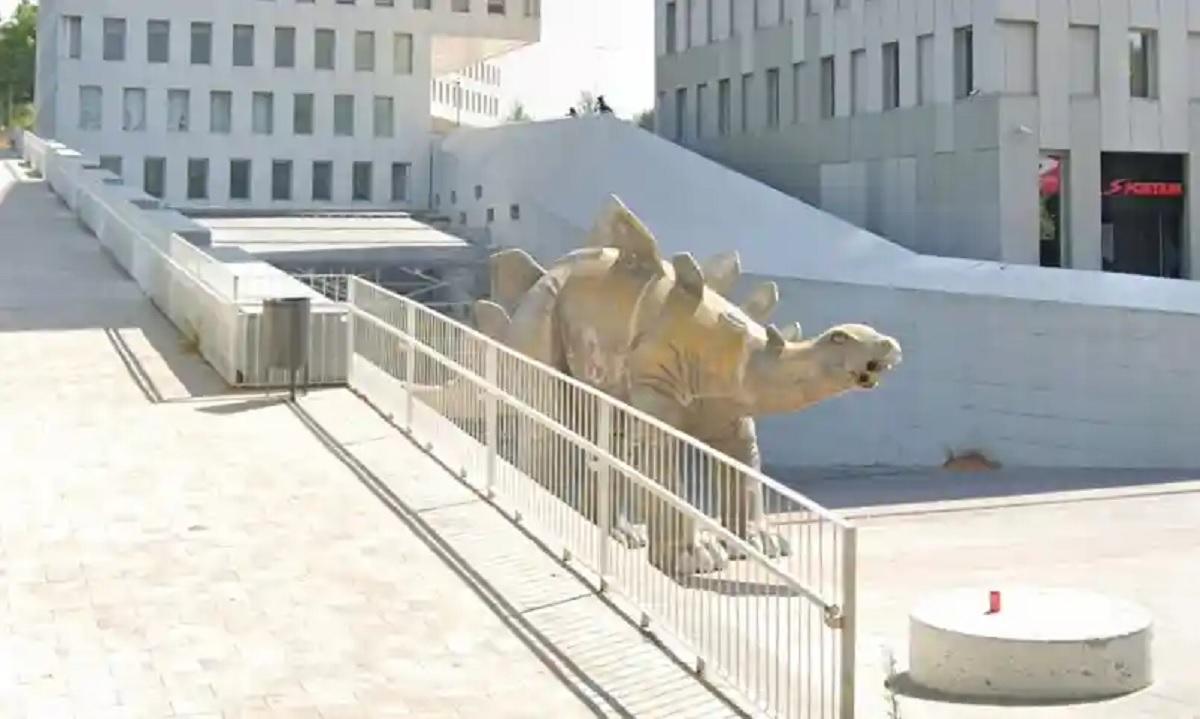 Homem fica preso e morre dentro de estátua de dinossauro