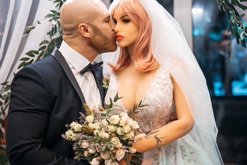 Fisiculturista que casou com boneca sexual diz estar aberto a relacionamentos reais