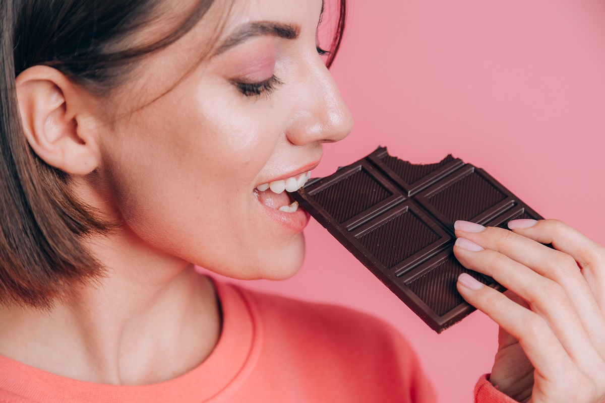 Comer chocolate de manhã ou de noite pode ajudar a emagrecer, dizem cientistas
