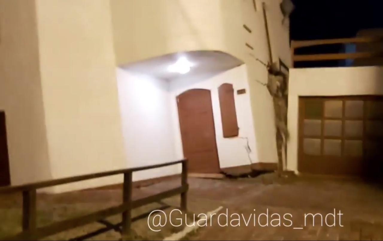 Vídeo: mar agitado destrói casa de praia na Argentina