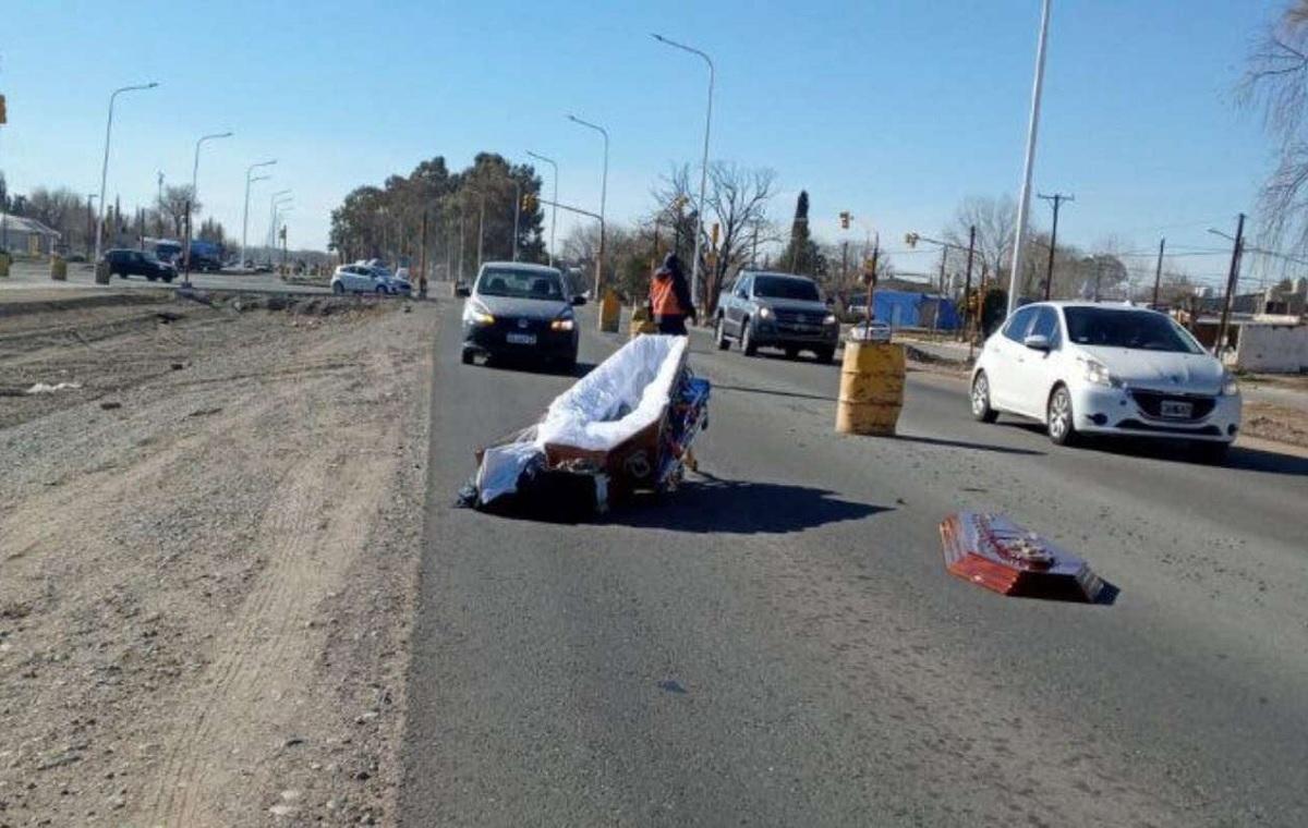 Foto de caixão aberto no meio de rodovia na Argentina agita a internet