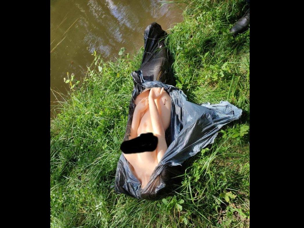Parecia um corpo desovado num canal, mas era uma boneca sexual