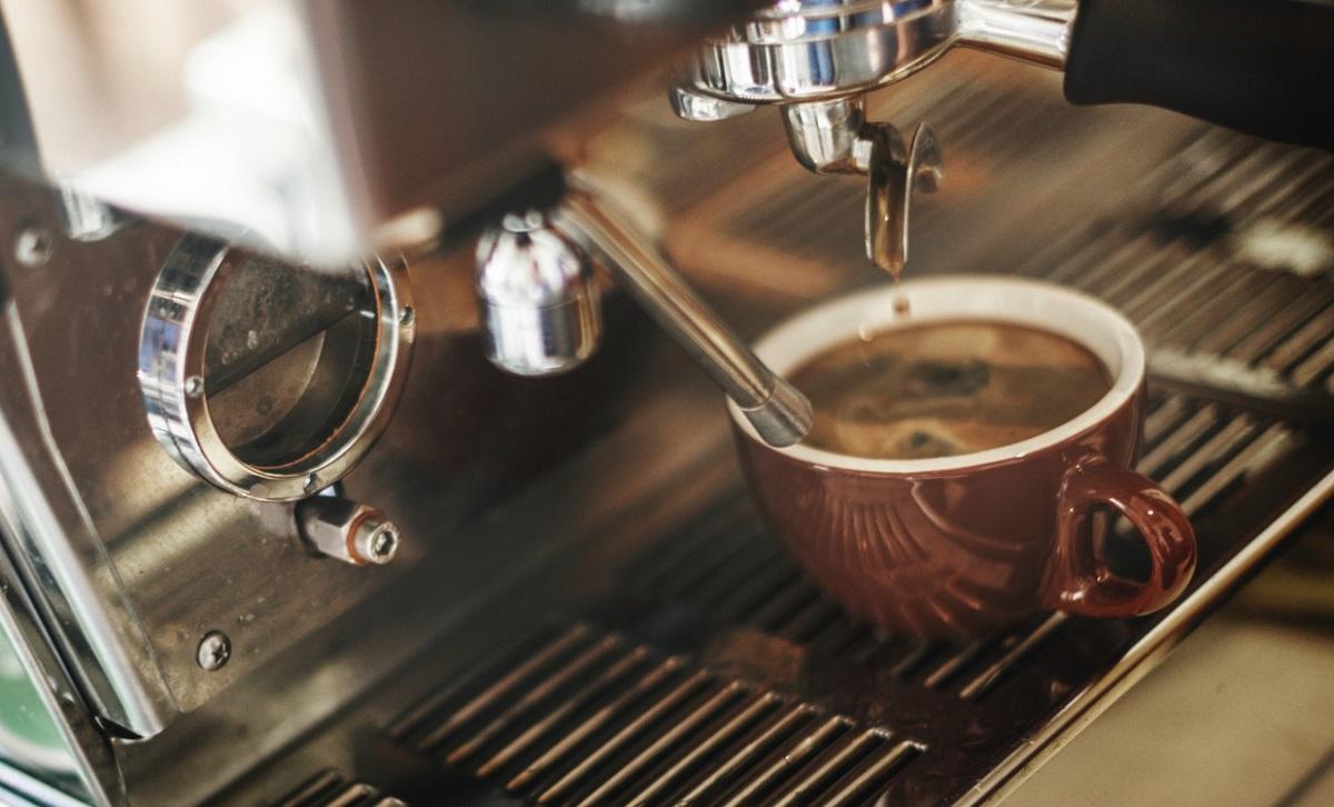Beber até 3 xícaras de café por dia pode ajudar o coração