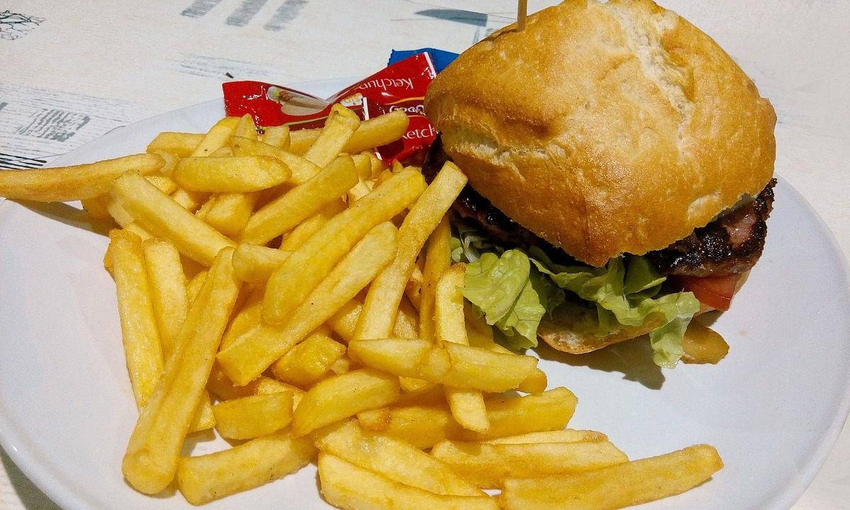 Dieta rica em gordura pode alterar o relógio biológico e gerar sobrepeso, diz estudo