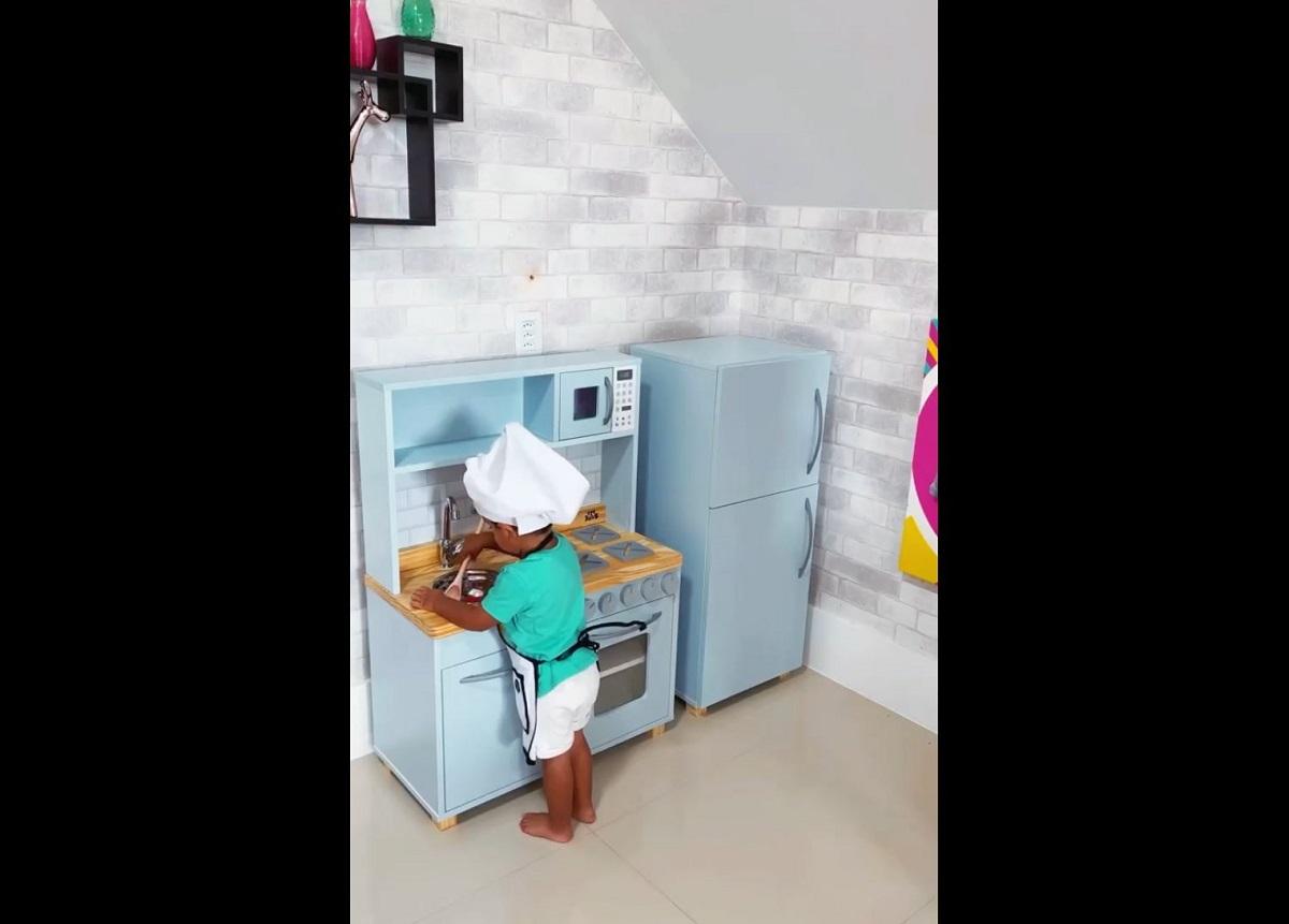 Influenciadora Evelyn Regly dá cozinha para filho e causa polêmica
