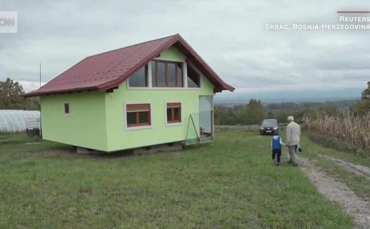 Homem constrói casa giratória para satisfazer a esposa